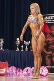 De bodybuildershows de het pose femelle d'avant mieux sur l'étape Image libre de droits