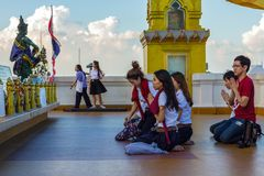 De boeddhisten bidden in Wat Saket in Bangkok, Thailand Royalty-vrije Stock Foto