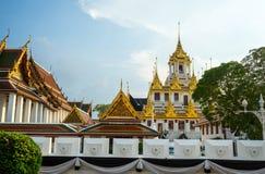 De boeddhistische complexe tempel, Loha Prasat kent als Metaalkasteel bij avond Stock Afbeelding