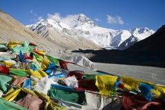 De boeddhistische gebedvlaggen en zetten Everest op Royalty-vrije Stock Afbeelding
