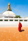 De Boeddhistische Monnik Beads Walking van Boudhanathstupa stock foto