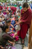 De boeddhistische monnik dient tibetan thee aan de luisteraars tijdens zijn Heiligheid het 14 onderwijs van Dalai Lama Tenzin Gya Royalty-vrije Stock Fotografie