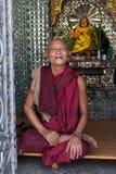 De boeddhistische monnik gaat op bedevaart naar Botataung-Pagode in Yangon, Myanmar Stock Afbeelding