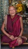 De boeddhistische monnik gaat op bedevaart naar Botataung-Pagode in Yangon, Myanmar Royalty-vrije Stock Fotografie