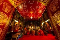 De boeddhistische monniken bidden in Wat Phrathat Doi Suthep Temple royalty-vrije stock afbeeldingen