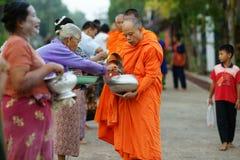 De boeddhistische monniken die van Mon aalmoes verzamelen stock fotografie