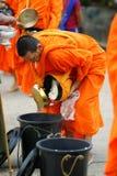 De boeddhistische monniken die van Mon aalmoes verzamelen stock afbeeldingen