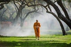De boeddhistische monniksgang ontvangt voedsel in de ochtend royalty-vrije stock foto