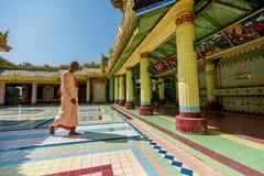 De boeddhistische non komt aan spoedig Oo Ponya Shin Pagoda Royalty-vrije Stock Fotografie