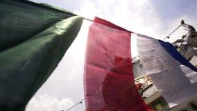 De boeddhistische vlaggen die op wind in zon klappen glanzen stock video