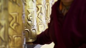 De boeddhistische wielen van het monniks roterende gebed stock videobeelden