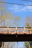 De boeien die van de zeekreeftval op telefoondraad hangen boven houten brug Royalty-vrije Stock Afbeelding