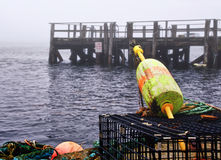 De boeien en de vallen van de zeekreeft bij een dok Stock Foto's