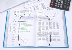 De boek, calculator en document grafieken Stock Foto