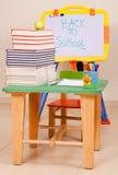De boeken en de appel van de school op bureau met sketchboard Stock Foto's