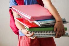 De boeken en de rugzak van de schoolmeisjeholding royalty-vrije stock afbeeldingen