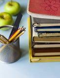 De boeken, de potloden, en de appelen royalty-vrije stock afbeeldingen