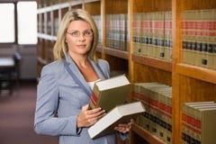 De boeken van de advocaatholding in de wetsbibliotheek Stock Foto's