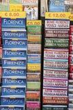 De boeken van de Cityguidetoerist bij tribune, Florence, Italië Royalty-vrije Stock Afbeeldingen