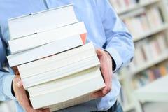 De boeken van de de holdingsstapel van de lichaamsmens Royalty-vrije Stock Afbeeldingen