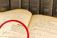 De boeken van de geschiedenis met vergrootglas Stock Foto