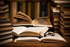 De boeken van de lezing Royalty-vrije Stock Afbeeldingen