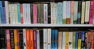De Boeken van de fictieliteratuur voor Verkoop in Boekhandelplanken stock afbeeldingen