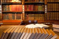 De boekenkast en het bureau van de studie stock afbeelding