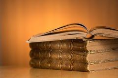 Oude grungeboeken op houten lijst Stock Foto's