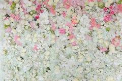 De boeketten van bloemen verfraaiden de achtergrond Stock Foto's