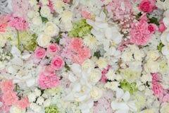 De boeketten van bloemen verfraaiden de achtergrond Stock Afbeelding