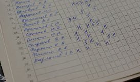 De boekhoudingsopkomst van het klassendagboek van kinderen stock foto's