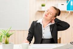 De boekhoudingswerknemer masseert met de hand de zieke hals van ` s Royalty-vrije Stock Afbeeldingen