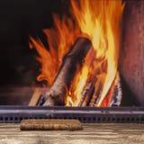 De boekopen haard ontspant de herfst rustieke donkere houten vloer van de de winterdaling Stock Afbeelding
