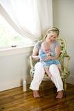 De boerende baby van de moeder na het met de fles grootbrengen Royalty-vrije Stock Foto's