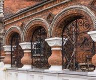 De bogen in baksteen architecturaal detail met siersmeedijzergrill werken aan straat in Yaroslavl, Rusland Royalty-vrije Stock Foto