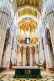 De bogen en de kolommen binnen de Kathedraal van Heilige brengen in de war Stock Foto's
