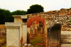 De bogen en de kolommen van de Grieken stock afbeeldingen