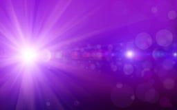 De Bokehachtergrond met purple schittert de lichten van fonkelingenstralen bokeh op purpere achtergrond Stock Fotografie