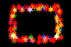 De Bokehsterren op sterren zwarte als achtergrond van verschillende kleuren worden geïsoleerd vormen een kader dat stock afbeelding