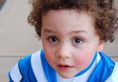 De bokser die van het vier éénjarigenkind omhoog de camera rangschikt Stock Foto
