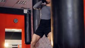 De bokser werkt van de techniek van slag en bescherming stock videobeelden