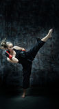 De bokservrouw die van de schop bokshandschoenen draagt Royalty-vrije Stock Fotografie