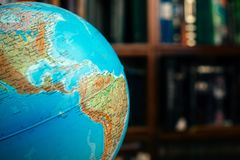 De bol in de bibliotheekacademie, universiteit, universiteit op de lijst Reis, het leren en studieconcept De ruimte van het exemp stock afbeelding