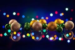 De bol en de lichten van Kerstmisdecoratie Stock Afbeeldingen