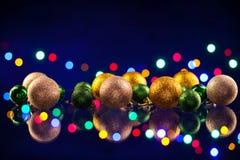 De bol en de lichten van Kerstmisdecoratie Stock Foto