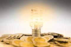 De bol is geplaatste stapel muntstukken, wordt de bol aangestoken in duisternis Beeldgebruik voor het vinden van een uitweg in da Royalty-vrije Stock Foto