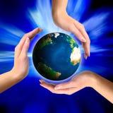 De bol van de aarde in handen stock illustratie