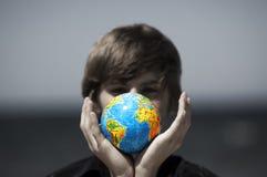De bol van de aarde in handen. Conceptueel beeld Stock Afbeeldingen