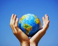 De bol van de aarde in handen. Conceptueel beeld Royalty-vrije Stock Foto